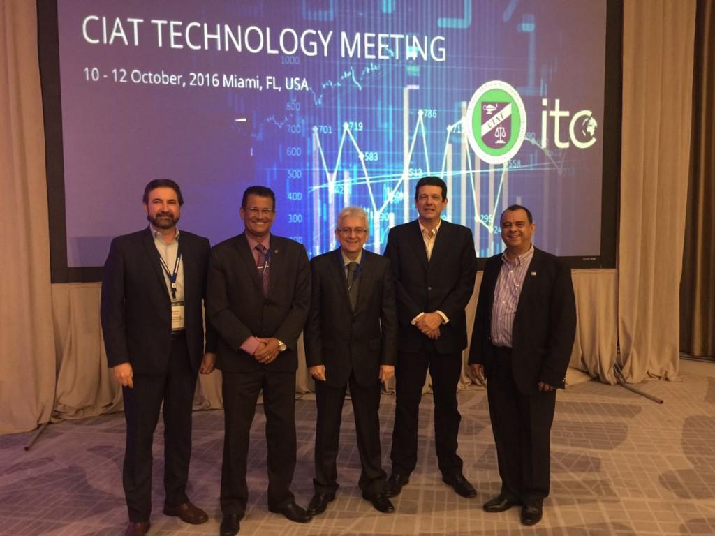 Brasileiros marcaram presença no evento. Da esq. para a direita: Carlos Pimenta(BID), Lirando de Azevedo Jacundá (Febrafite), José Tostes(BID), Márcio Verd i(CIAT) e Eudaldo Almeira (Encat).