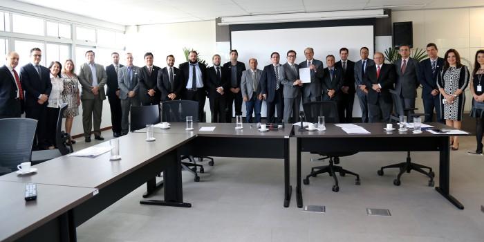 """Representantes dos tribunais de contas e dos poderes Executivo e Legislativo assinaram ontem (20) em BG documento que decidiu pela adesão à """"Carta de Diamantina"""""""